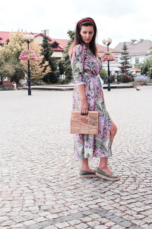 Długa sukienka w kwiaty na lato