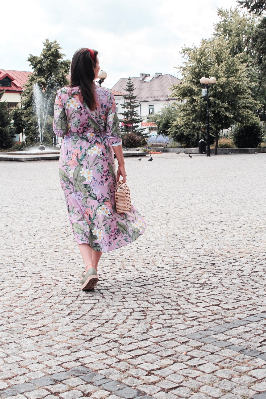 Długa sukienka w kwiaty stylizacja blog
